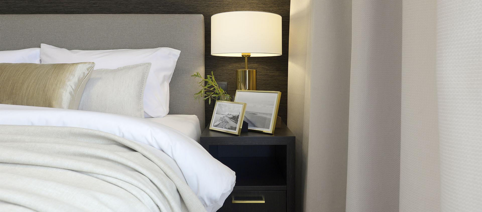 Elegancka sypialnia, tekstylna tapeta, złote lampy